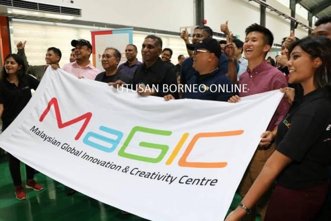 Irwan Serigar (tengah) bersama tetamu kehormat lain merasmikan Pusat Inovasi dan Kreativiti Global Malaysia.