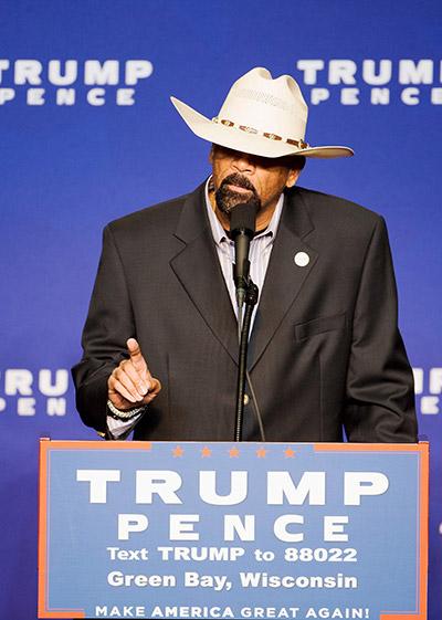 Gambar fail 17 Oktober 2016 menunjukkan Clarke           bercakap sewaktu menyokong kempen pilihan raya Trump                    di KI Convention Center di Green Bay, Wisconsin. — Gambar AFP