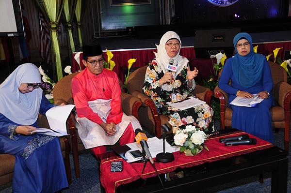 (Dari kiri) Hjh Zainab Yusof, YBhg Dato' Hj. Mustafa Kamal Abd Razak (Pengarah Bahagian Prgram Radio, mewakili Ketua Pengarah penyiaran), Norliza Mohd Ali dan Che Rohana Che Omar semasa sidang media bagi mengumumkan 47 program baharu yang akan ditayangkan dan diperdengarkan di RTM sepanjang Ramadan ini. — Gambar RTM