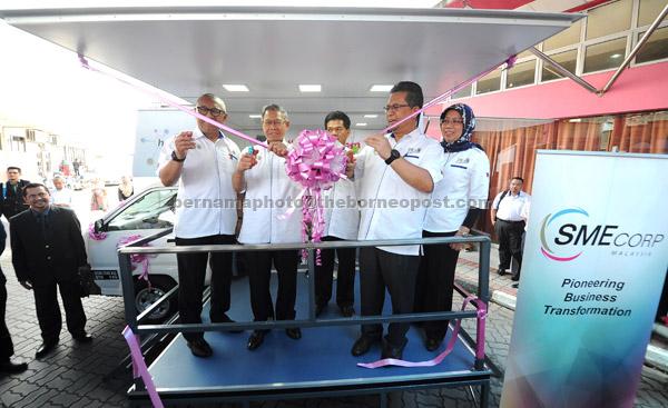 Ahmad Razif (dua kanan) melancarkan kaunter bergerak hab perusahaan kecil dan sederhana (HabPKS) selepas merasmikan Minggu PKS di Pusat Dagangan Terengganudi Kuala Terrengganu semalam. Turut hadir Mustapa (dua kiri). — Gambar Bernama
