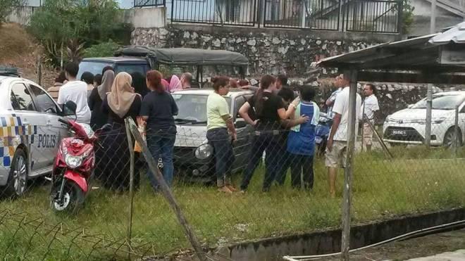 Penduduk sekitar berkumpul di kawasan kediaman mangsa - Foto media sosial