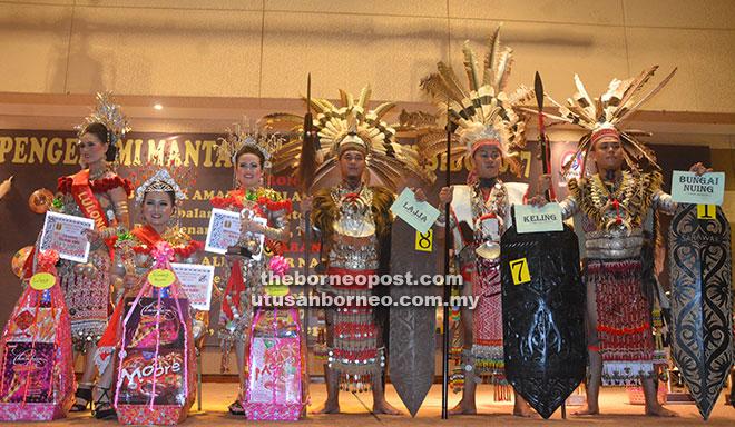 Tiga pemenang teratas Kumang dan Keling Gawai Dayak Sibu pada Majlis Pra Gawai Dayak Sibu 2017.