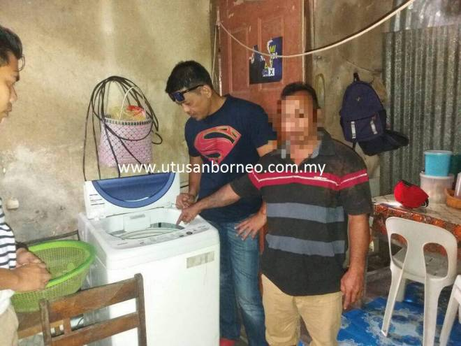 Suspek menunjukkan pakaiannya sudah dibasuh dalam mesin basuh ketika ditangkap oleh polis petang tadi.