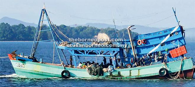 Salah sebuah bot nelayan asing menggunakan nombor pendaftaran palsu Malaysia, ditahan oleh APMM DM13 Miri, ketika menangkap ikan secara haram perairan, kira-kira 127 batu nautika dari Kuala Sungai Miri, ditunda ke PTV Pulau Melayu, pada awal pagi 16 Jun.