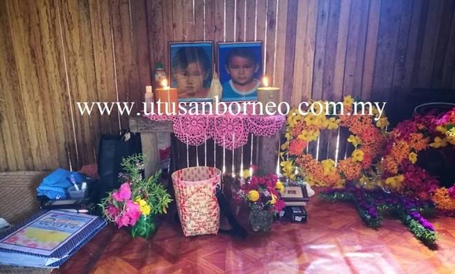 Gambar Monica dan Jackson diletakkan untuk penghormatan terakhir.