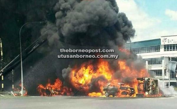 Keadaan lori tangki minyak terbakar dan meletup yang turut memusnahkan lima kenderaan berhampiran di Jalan Kidurong, Bintulu semalam.
