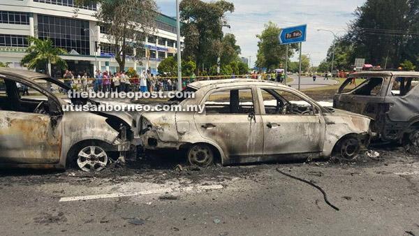 Tiga daripada lima kenderaan musnah berikutan insiden lori tangki minyak terbakar lalu meletup di Jalan Kidurong, Bintulu  semalam.