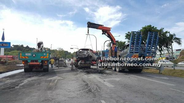 Kerja-kerja mengangkat kenderaan serta pembersihan jalan oleh pihak berwajib sejurus berlakunya insiden itu semalam.