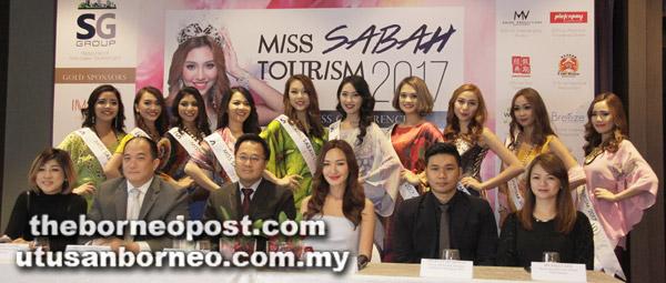 Weena (duduk, tiga kanan) bersama barisan tetamu kehormat lain merakamkan gambar kenangan dengan 10 peserta akhir Miss Sabah Tourism 2017.