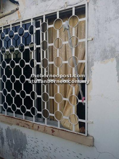 Tuala putih kelihatan pada jeriji jendela iaitu lokasi mangsa dilihat tergantung oleh majikannya.
