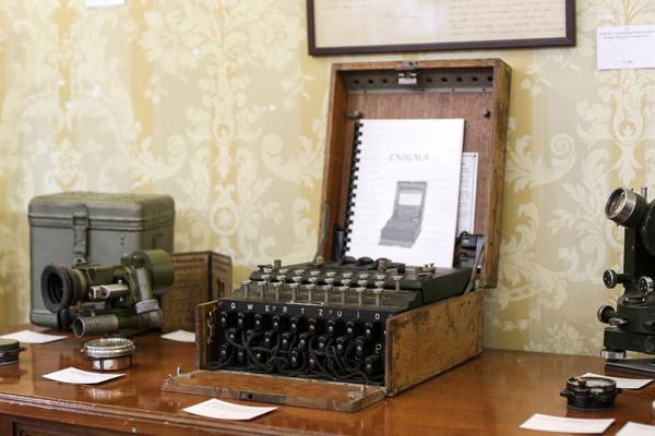 Mesin Enigma dipaparkan menjelang lelongannya di Bucharest, kelmarin. — Gambar Reuters