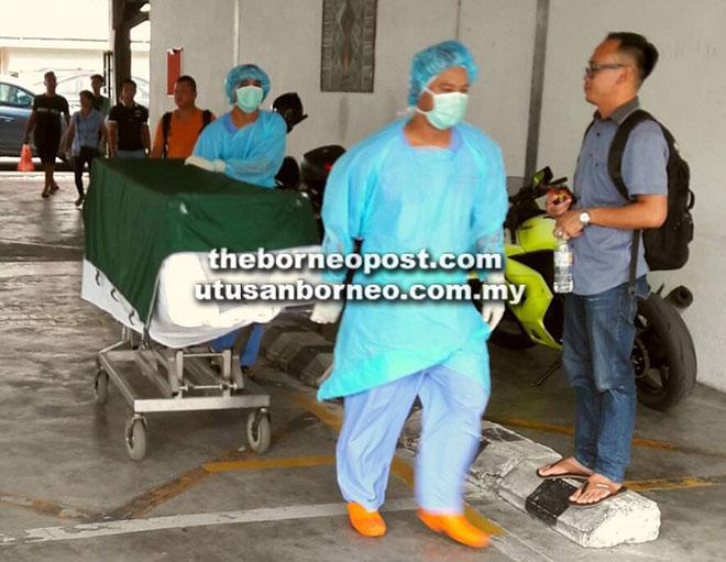 Mayat mangsa ketiga rabies dibawa ke rumah mayat HUS sebelum dibawa balik ke rumah keluarga ibunya di Stutong Baru.