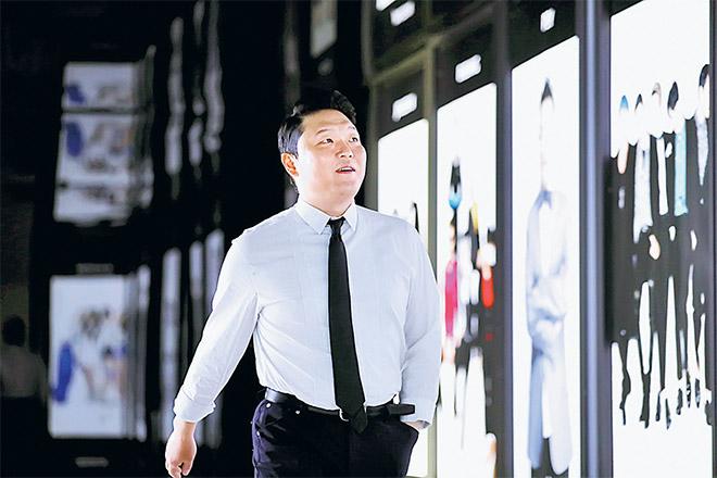 Gambar fail bertarikh 19 Mei 2017 ini menunjukkan Psy ketika tiba untuk temubual bersama Reuters di Seoul. S����elepa�����s empa���t setengah tahun sebagai video paling kerap ditonton dalam YouTube, 'Gangnam Style' daripada Psy pada minggu lepas jatuh ke tempat kedua, dan digantikan dengan 'See You Again' oleh Wiz Khalifa dan Charlie Puth. � — Gambar Reuters