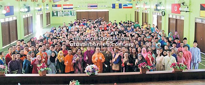 Perhimpunan khas sempena Program Hari Pakaian Tradisional di SMK Batu Kawa.