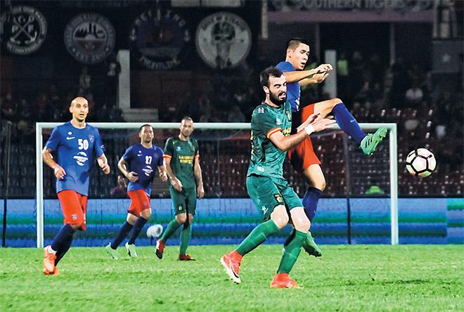 Pemain JDT (kanan) menghalang pemain Sarawak mendapatkan bola pada perlawanan Liga Super 2017 di Stadium Tan Sri Dato Haji Hasan Yunos, malam kelmarin. — Gambar Bernama