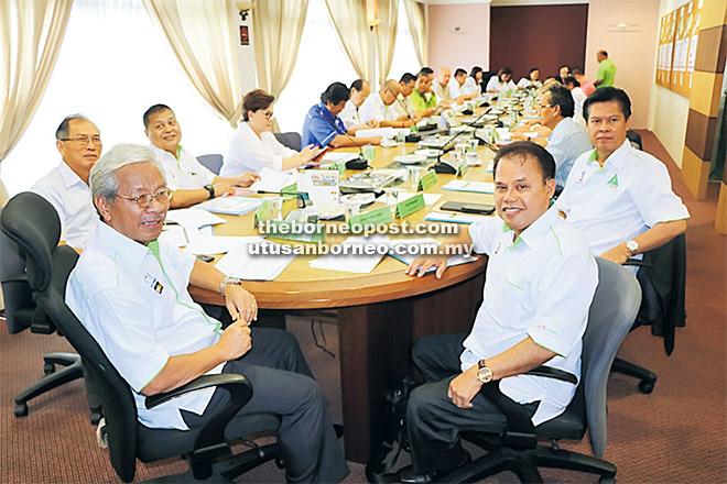 Masing (kiba) begulai enggau raban ketuai Parti Rakyat Sarawak (PRS) maya Aum Supreme Kunsil ba Indu Opis parti ditu, kemari.