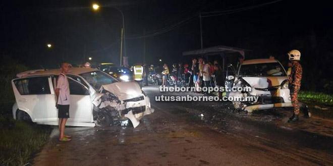 Keadaan kedua-dua kereta yang terlibat dalam kemalangan di Jalan Teku, Sibu malam kelmarin.