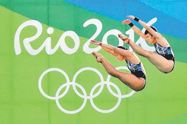 Fail foto BERNAMA menunjukkan Pandelela dan Jun Hoong beraksi pada Olimpik Rio 2016 dimana mereka berdua berjaya memenangi pingat perak dalam acara terjun 10 meter platform seirama wanita.