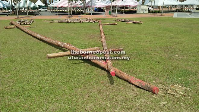 ANGKARA SIAPA?: Struktur kayu 'Itut' rebah dan dirosakkan di Dataran Bandar Sibu Fasa I, semalam.
