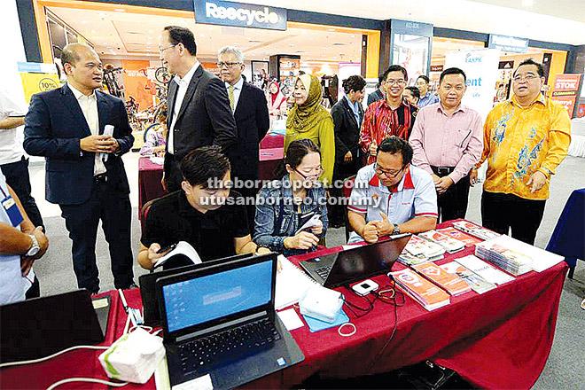 KETUA Pengarang Utusan Borneo Lichong Angkui (berdiri, dua kanan), Ketua Pengarang See Hua Daily Toh Chee Kong (berdiri, kanan) dan Wong (berdiri, tiga kanan). Turut kelihatan Teo (berdiri, dua kiri), Shahril (berdiri, kiri) dan Azzaddin (berdiri, tiga kiri).