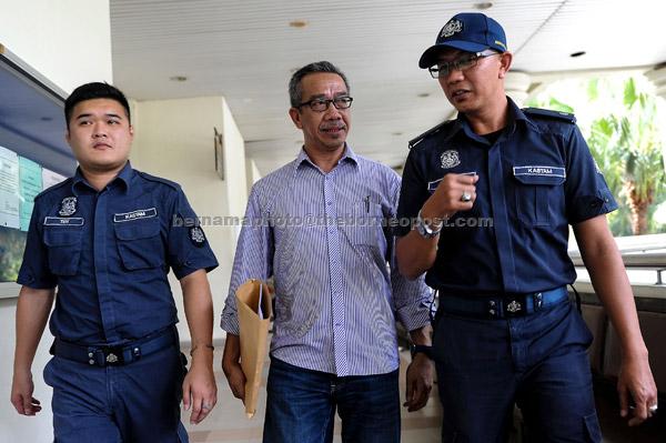 Ahmad Fitri didenda RM6,000 oleh Mahkamah Sesyen di Alor Setar, semalam atas enam kesalahan gagal mengemukakan penyata Cukai Barang dan Perkhidmatan (GST) dalam tempoh yang ditetapkan bagi April 2015 hingga November 2015. — Gambar Bernama