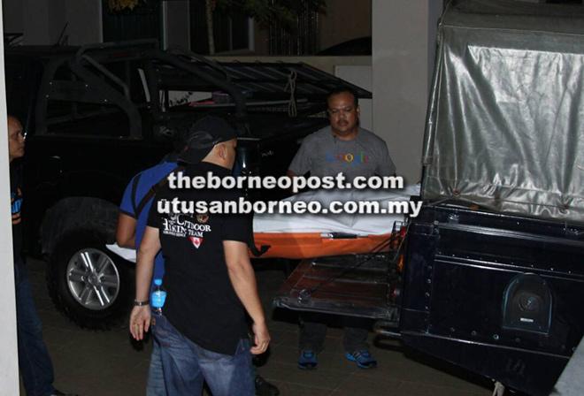 Mayat mangsa dibawa ke Hospital Miri dengan menaiki kenderaan polis.
