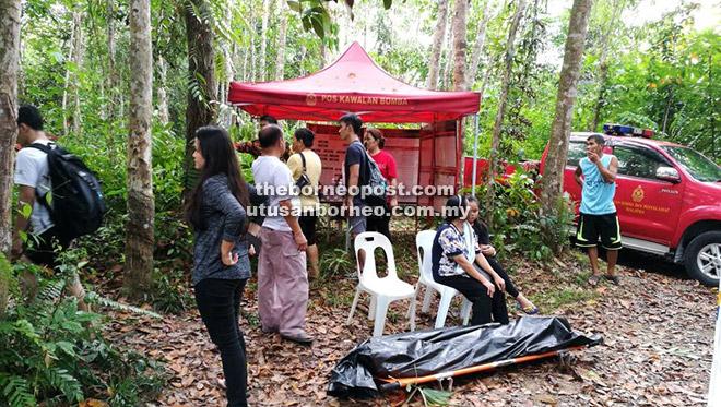 Mayat mangsa dibawa ke Pos Kawalan Bomba di Kampung Jantan sebelum dihantar ke Hospital Lundu untuk bedah siasat.