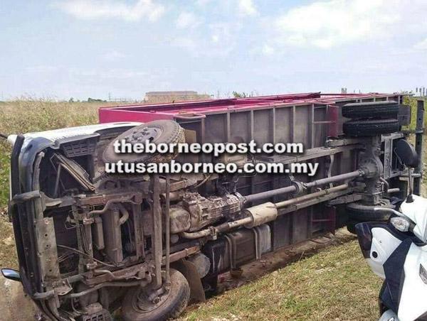 Lori terbabas lalu terjatuh ke parit sebelah jalan dalam kemalangan di Jalan Kawasan Perindustrian Samalaju, Bintulu pagi semalam.