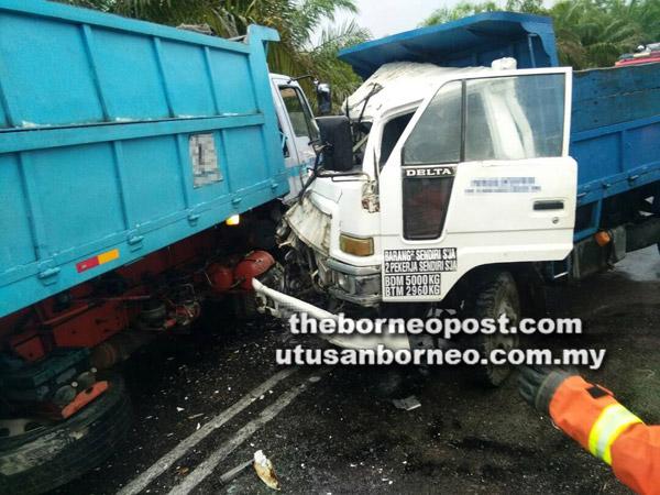 Dua buah lori bertembung dalam kemalangan di Jalan Serian-Gedong, semalam.