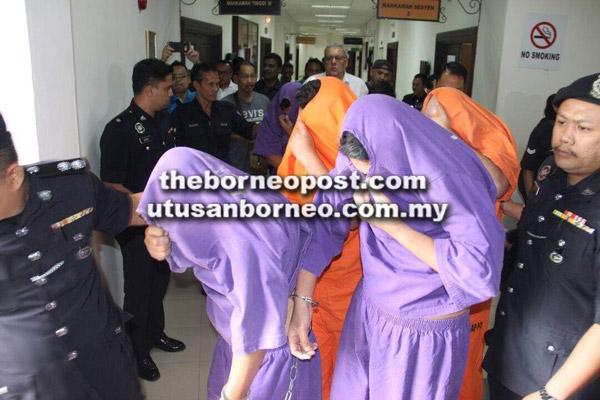 Suspek dibawa ke Mahkamah Majistret Kuching untuk permohonan reman semalam.