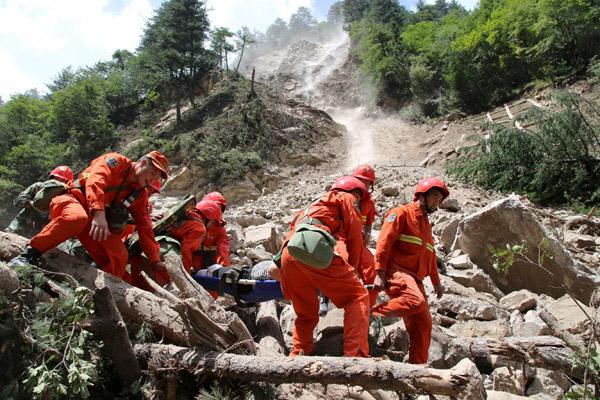 Anggota penyelamat mengangkat mangsa yang cedera selepas gempa bumi melanda Jiuzhaigou di wilayah Sichuan, China kelmarin. — Gambar Reuters