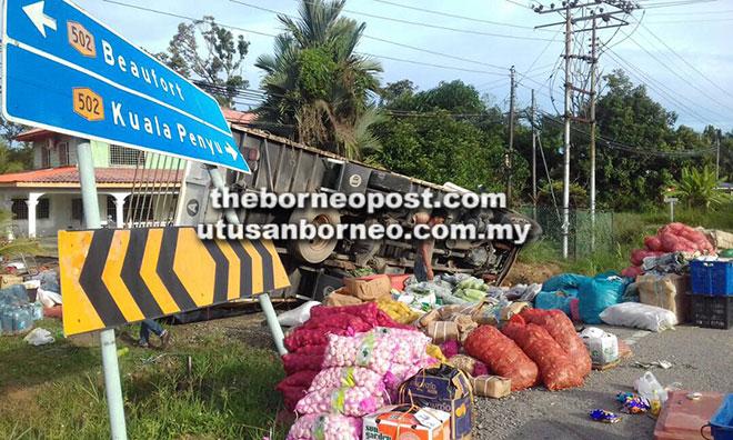 Keadaan lori yang terbabas di Jalan Limbawang Bypass bersama muatan sayur dan bawang yang bertaburan.
