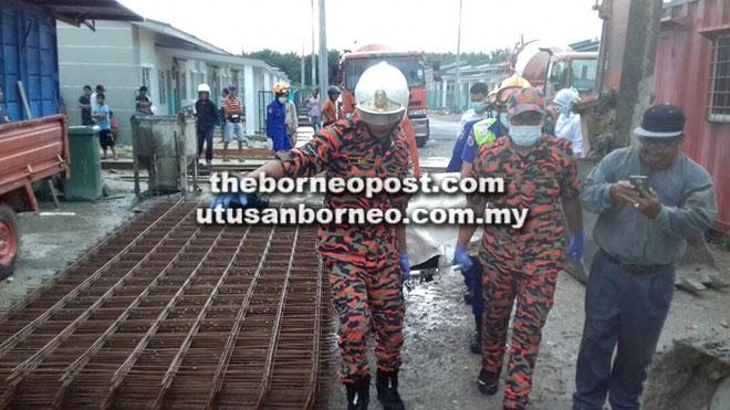 Anggota penyelamat mengusung mayat mangsa dari tempat kejadian untuk dihantar ke HUS.
