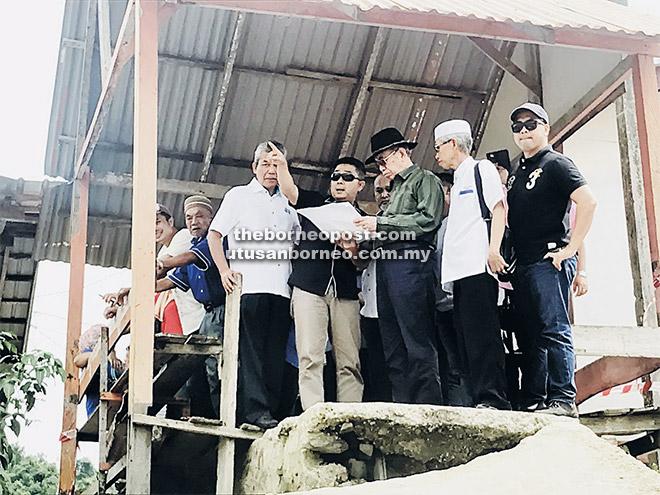 Wan Junaidi (tiga kanan) khusyuk mendengar penerangan mengenai langkah yang wajar diambil bagi mengatasi masalah hakisan dalam lawatannya ke tapak hakisan di Kampung Sungai Bako Hulu di Kuching, semalam.