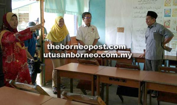 Dr Annuar (dua kanan) berkesempatan melawat SK Salak yang sebahagian daripada strukturnya sudah daif.