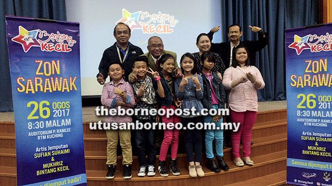 Montogomary (belakang, dua kiri) bergambar bersama finalis dan jemputan yang hadir semasa sidang media Bintang Kecil Ke-31 Zon Sarawak di Kuching semalam.