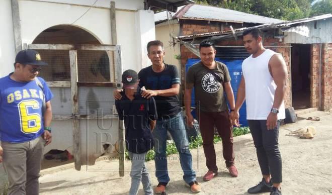 Pasukan JSJ IPD Sibu diketuai oleh Insp Firdaus Safuan (kanan) ketika menahan suspek di Tatau pada pagi Rabu.