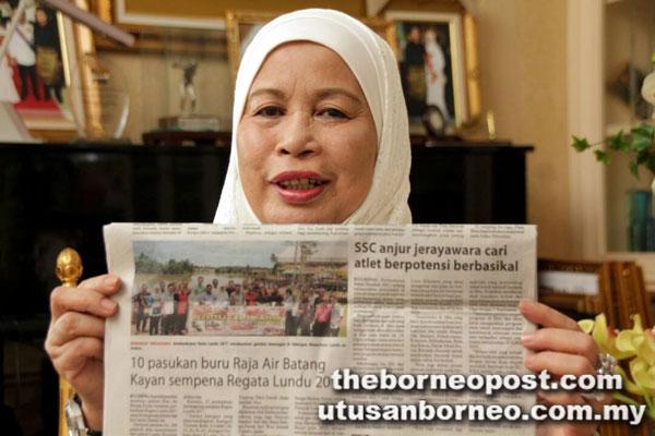 Jamilah menunjukkan keratan akhbar Utusan Borneo mengenai Regata Lundu yang berlangsung sempena Pesta Lundu 2017 yang bermula hari ini sehingga Ahad.