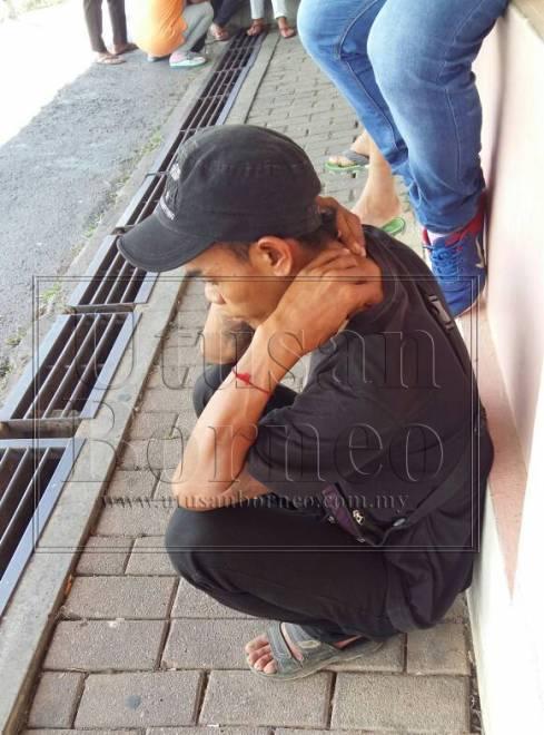 Bapa mangsa yang kelihatan sugul semasa menunggu proses bedah siasat di Hospital Sibu hari ini.