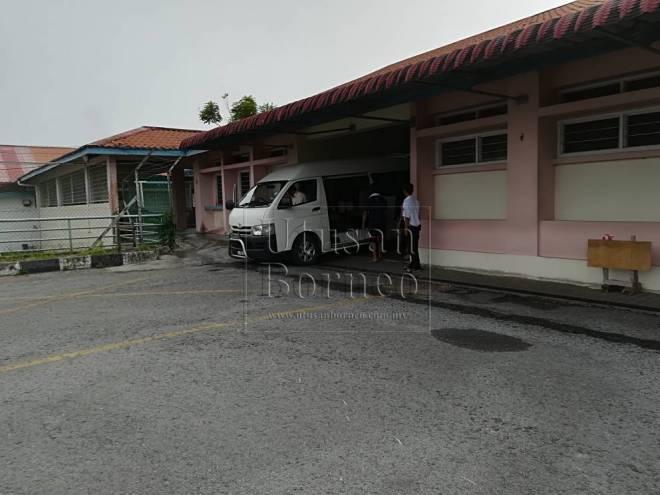 Van dari hospital ketika membawa keranda Jackson di bilik mayat Hospital Sibu, pagi tadi.