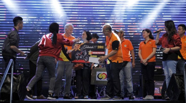 Dato Richard Curtis (empat dari kiri) menyampaikan hadiah kepada pemenang hadiah utama cabutan bertuah, Kartini Abdullah.