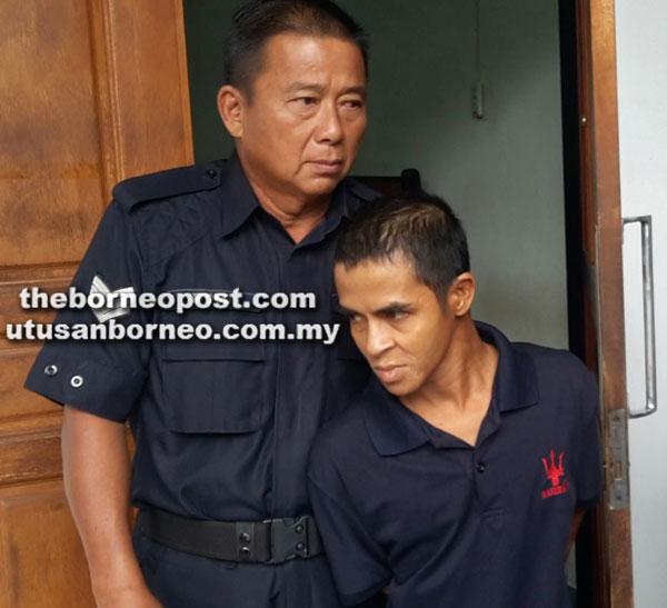 Tertuduh dibawa keluar daripada Mahkamah Majistret Sibu selepas sebutan kes semalam.
