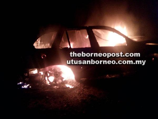 Kereta mewah terbakar keseluruhan semasa anggota bomba tiba di lokasi kemalangan.