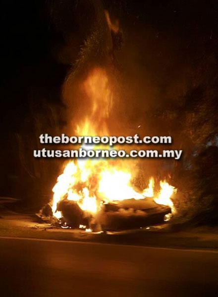 Kereta mewah terbakar selepas dirempuh sebuah lagi kereta mewah.