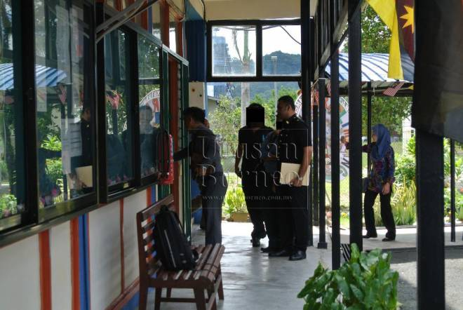 Tertuduh (tengah) memasuki Mahkamah Majistret Limbang, ditemani pegawai SPRM Limbang pagi tadi