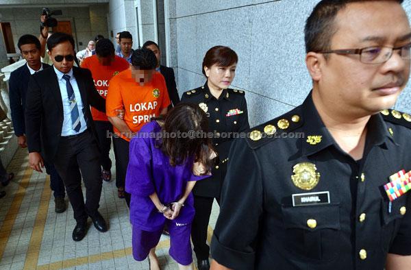 Tiga individu termasuk seorang pengurus kanan syarikat cari gali minyak dibawa ke Mahkamah Majistret untuk mendapatkan perintah tahanan reman selepas dipercayai mengemukakan invois palsu berjumlah AS$5.56 juta (RM23.65 juta) bagi satu projek pada 2015 di Putrajaya, semalam. — Gambar Bernama