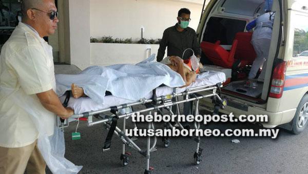 Salah seorang mangsa kemalangan di Jalan Nibong Tada, Kanowit diusung ke unit kecemasan Hospital Sibu.