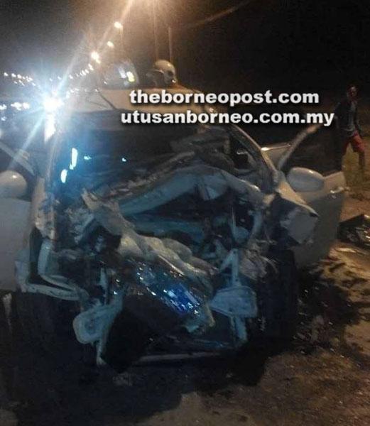 Keadaan kereta mangsa yang remuk akibat terperosok di bawah lori dalam nahas di Jalan Kota Samarahan-Kuching.