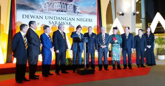 Abang Johari melakukan simbolik pelancaran logo ulang tahun ke-150 DUN Sarawak disaksikan yang lain.