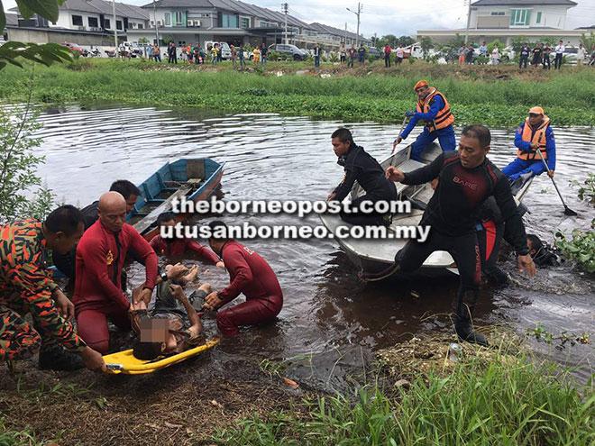 Pasukan SAR mengangkat keluar mayat Pau dengan pengusung dari Sungai Seduan jam 10.33 pagi semalam.